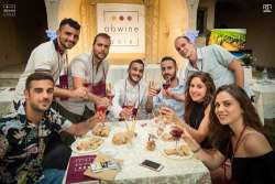 In alto i calici d'Abruzzo con Abwine Abruzzo-Wine
