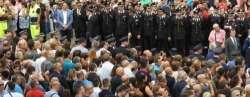 Funerali di Mario: l'Italia si ferma. Piange, litiga e non tace