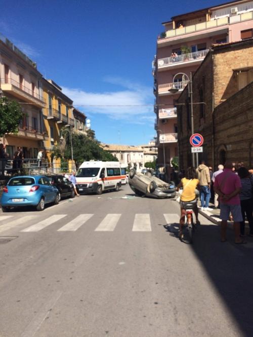 Si ribalta con l'auto nel centro di Vasto: ferita una 39enne