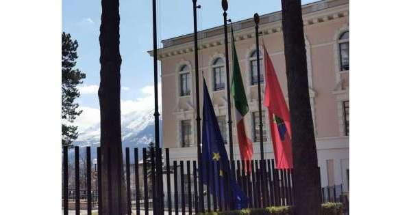 """Abruzzo, il consiglio regionale """"ammaina"""" la bandiera dell'Unione Europea"""