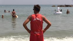 Bagnini limitati nel salvare vite in spiaggia