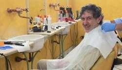 Marsilio dal parrucchiere senza mascherina: è polemica