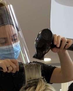 Parrucchieri ed estetisti in ginocchio. Costi al 100% e lavoro al 30%
