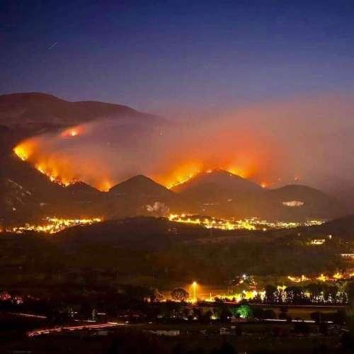 Incendi nel capoluogo: lite tra un cittadino e il sindaco Biondi in discoteca