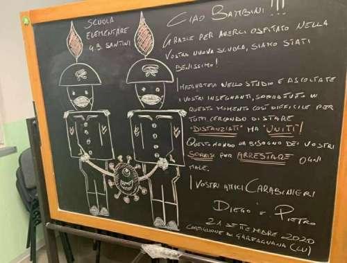 """I carabinieri agli studenti: """"Questo mondo ha bisogno dei vostri sorrisi per arrestare ogni male"""""""