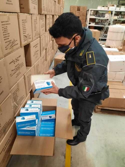 La Guardia di Finanza sequestrata oltre un 1.300.000 di mascherine contraffatte