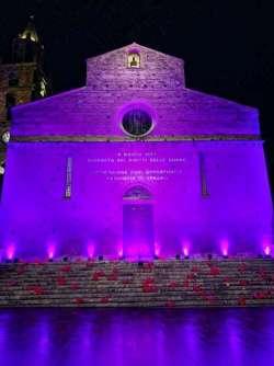 Teramo. 85 palloncini e il Duomo illuminato di rosa per le vittime di femminicidio