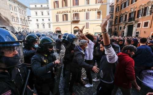Sit-in di protesta davanti alla Camera, scontro fra manifestanti e polizia: due agenti feriti