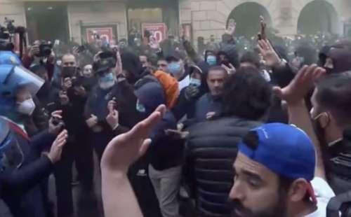 """Sono un migliaio i manifestanti di """"IoApro"""": tra petardi, bombe carta, bottiglie e manganellate"""
