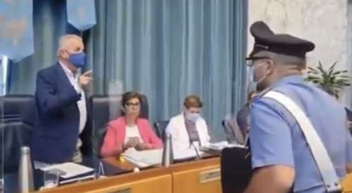 VIDEO. Uso mascherine: il sindaco caccia i carabinieri dall'aula consiliare