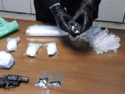 Nascondeva in casa varie droghe e tre pistole nel camino: arrestato 45enne