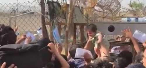 Il dramma dopo il fallimento: donne lanciano i bimbi oltre il filo spinato dello scalo di Kabul