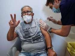 Via libera alla terza dose di vaccino contro il Covid per gli over 60