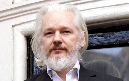 Chi si sta sfregando le mani per la salute di Assange?