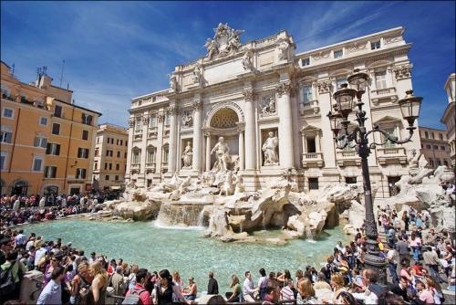 Roma: fino a 240 euro di multa per il bagno nella Fontana di Trevi