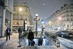 Dopo Mosca, Parigi: la nevicata record chiude la Torre Eiffel