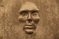Elogio (al contrario) della faccia di bronzo: la nuova icona della politica nostrana