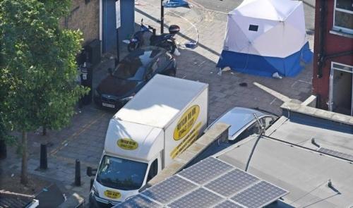 Regno Unito: furgone sulla folla, un morto e dieci feriti in un attacco terroristico a Londra vicino
