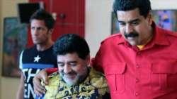 Maduro ha un nuovo fan: è Maradona (al suo comizio)
