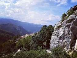 Nella roccia scavata o sulla roccia dipinta: viaggio a Pietracamela