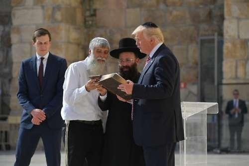 """L'ultima minaccia di Trump: """"Potrei uscire dalla Nato"""". Ma batte cassa"""