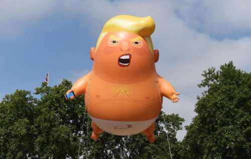 Chi gigioneggia nei cieli londinesi con un pupazzo di Trump