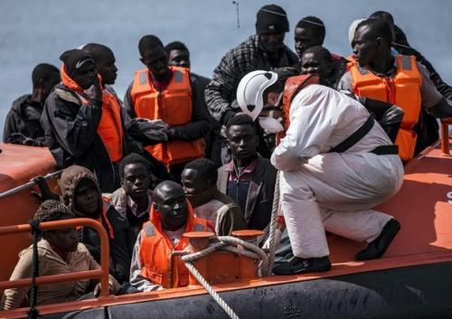 Davanti all'afflusso dei migranti, l'Italia minaccia di chiudere i suoi porti