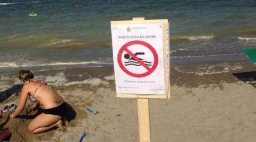 Pescara, lo slalom dei bagnanti tra alghe, divieti e dilettantismo (sul mare)