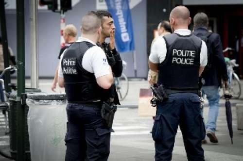 Bruxelles, poliziotto accoltellato: il