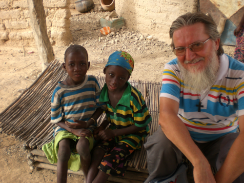 Chi è il sacerdote italiano rapito in Niger