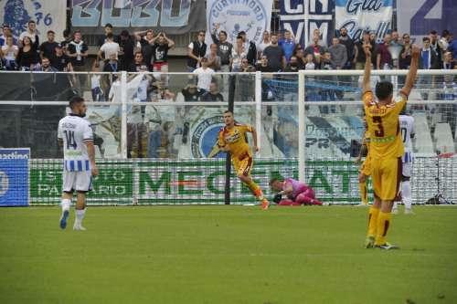 Pescara, primo ko stagionale: e il Benevento si fa sotto