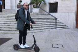 Pescara: Comune in monopattino, che gaffe