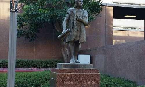 Che vergogna gli Usa...ora se la prendono con la statua di Colombo