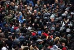 Parigi contagia Tunisi: in piazza i gilet rossi