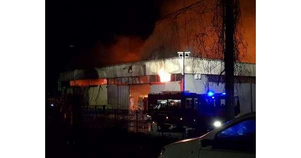 Incendio distrugge deposito bevande