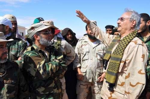 Libia, il caos continua. E la passerella di Haftar a Parigi lo dimostra